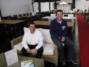 Jaume i Josep Missé a la botiga Alaire de Cabrera de Mar, oberta recentment.  ORIOL DURAN