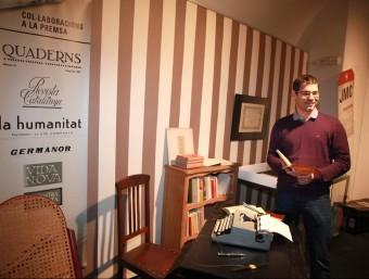 Montero, davant la màquina d'escriure i els llibres de capçalera de Corredor JOAN SABATER
