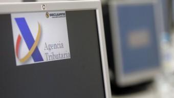 Un ordinador amb el logotip de l'Agència Tributària en una oficina de Barcelona ARXIU
