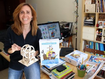 Isabel Oller amb una maqueta d'una sínia i mostres de La capsa del mar al seu despatx de Sabadell.  JUANMA RAMOS