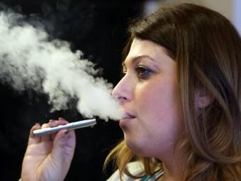 La moda de fumar amb cigarreta electrònica està guanyant adeptes a l'estat espanyol. A altres països europeus com Itàlia o França ja gaudeix d'una gran popularitat JUANMA RAMOS