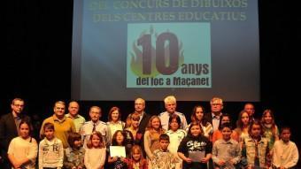 Els participants del debat amb els guanyadors del concurs de fotografia i de dibuix. RUBÉN GARCÍA