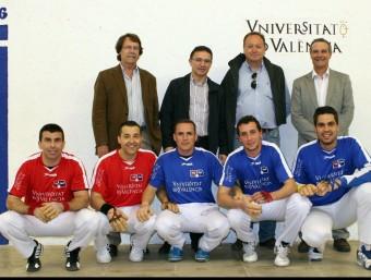 Foto de grup dels contrincants amb persones de reconegut prestigi i amb el conseller. FREDIESPORT