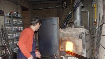 Un mestre mostra l'art de treballar el vidre al Museu del Vidre de Vimbodí.  ARXIU