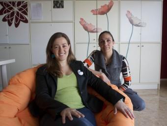 Eli Bonfill i Aurora Requena al despatx que tenen a Tortosa.  JOSÉ CARLOS LEÓN