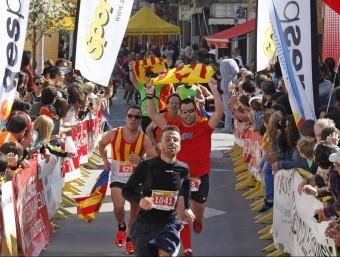 Arribada de participants en la mitja marató Costa de Barcelona Maresme, a Calella TINO VALDUVIECO