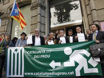 Els regidors dels cinc municipis barcelonins que han ingressat els impostos a l'ATC, aquest dijous davant la seu de l'organisme a la capital catalana MARTA PÉREZ