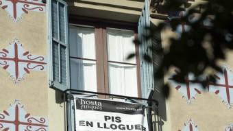 Un cartell d'un pis per llogar JOSEP LOSADA