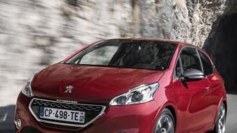 No cal aprofundir gens per distinguir la versió GTi del Peugeot 208. N'hi ha prou amb un simple cop d'ull a la graella frontal, als eixamplats passos de roda o la doble sortida d'escapament. Els intermitents i els llums de dia utilitzen la tecnologia LED.  PEUGEOT