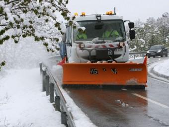 Una màquina llevaneus ahir netejant la carretera per accedir a Prades J. SELLART/EFE
