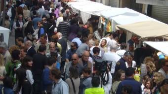 La fira d'artesania es trasllada a l'entorn de la plaça Catalunya. DAVID BRUGUÉ
