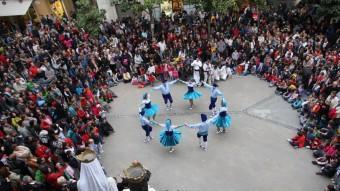 La plaça de l'ajuntament de Figueres es va omplir de gom a gom. A la imatge, la interpretació de la sardana l'Empordà LLUÍS SERRAT