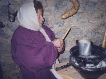 Carme Albó, fent candeles en el pessebre de vivent de Brunyola JAUME VILÀ