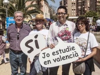 Vicent Moreno amb components de l'organització de la Trobada d'Alacant. EL PUNT AVUI