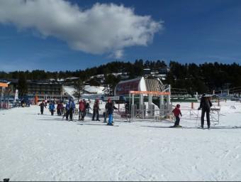 Un grup d'esquiadors al final de la pista llarga de la Molina, que ha estat l'estació de Ferrocarrils de la Generalitat que ha registrat més esquiadors. J.C