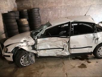 El turisme que conduïa la víctima mortal del xoc de Cabanelles. Va ser enretirat de la calçada pels operaris de Grues Jufer de Figueres. MANEL LLADÓ
