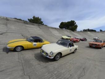 Un grup de cotxes clàssics del 'revival' Targa Catalunya, al seu pas per Terramar, el 2012 JAS