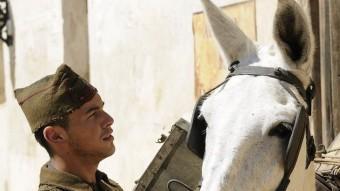 Mario Casas interpreta un soldat més preocupat per la mula que per l'evolució de la Guerra Civil IWANDA VISIÓN