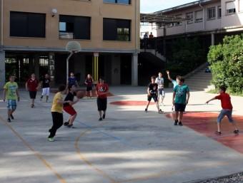 Alumnes de l'IES Bajo Cinca de Fraga jugant a bàsquet al pati ACN