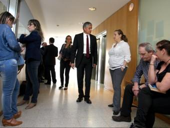 L'advocat dels afectats parlant amb els seus clients, el passat 8 de març, al jutjats de Girona, durant la vista LLUÍS SERRAT