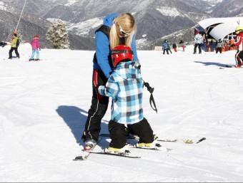 Monitora d'esquí amb un petit alumne a l'estació de Portainé a l'inici de la temporada.  ACN