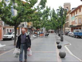 Un home passejant ahir pel centre històric de Fraga D.M