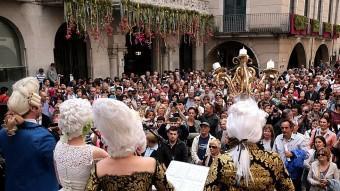 La plaça del Vi es va omplir de gent per cantar El Cor dels Esclaus de Nabucco.  MANEL LLADÓ