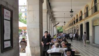 Les terrasses de la plaça Independència es van tornar a omplir ahir dilluns D.V