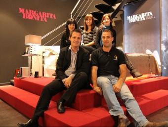 Part de la plantilla de nou treballadors de Margarita Bonita a la sala de mostres ubicada a la seu d'Anglesola.  JORDI ALEMANY