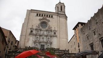 El mal temps no va espantar els visitants. A la foto, uns que contemplaven el muntatge de les escales de la catedral. J.S