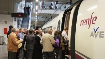 Viatgers del TAV a l'estació de Girona agafant els trens després de flors JOAN SABATER