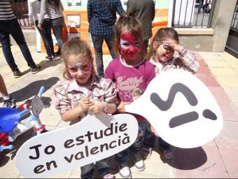 Campanya de promoció del valencià en les trobades d'enguany. EL PUNT AVUI