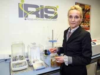 Oonagh McNerney, a un dels laboratoris de l'empresa Iris.  JUANMA RAMOS
