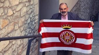 L'escriptor gironí Josep Maria Fonalleras, ahir al matí a la Pujada de Sant Domènec. Fonalleras és aficionat del Barça i del Girona. JOAN CASTRO / ICONNA