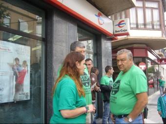 Alarza i Teruel davant l'oficina d'IberCaja. L.M