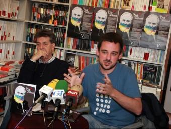 Lluc Salellas, fill de Tià Salellas i director del documental sobre la seva figura, en l'acte de presentació dels actes d'aquest any del Memorial, el 20 de maig, al costat del llibreter Guillem Terribas. JOAN SABATER