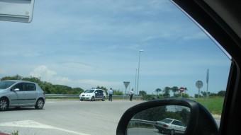 Control policia a la carretera que mena fins a Llagostera. TURA SOLER