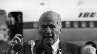Josep Tarradellas es dirigeix als simpatitzants que el van rebre a El Prat el 23 d'octubre del 1977 ARXIU