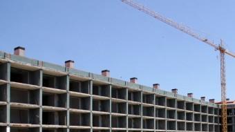 Imatge de pisos en construcció, planificats abans de l'esclat de la crisi. J. SABATÉ