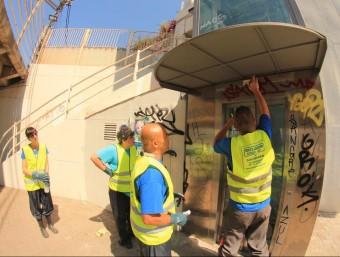 La brigada contractada per netejar les pintades de diferents zones de Sitges, en plena acció EL PUNT AVUI