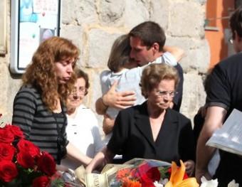 Familiars, amics i coneguts, a l'enterrament de Tomàs Mallol a Torroella de Fluvià JOAN SABATER