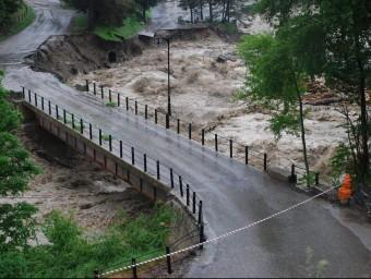 El riu Garona totalment desbordat al seu pas per Arties ACN