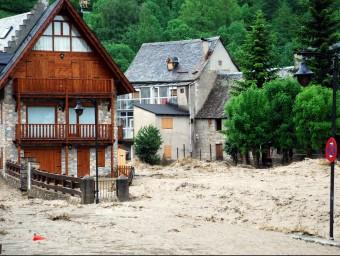 La població d'Arties va quedar ahir incomunicada per dos esvorancs provocats pel riu ACN