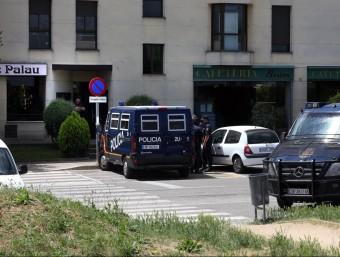 La policia davant d'un pis del barri de Palau de Girona JOAN CASTRO / GLORIA SÁNCEHZ / ICONNA