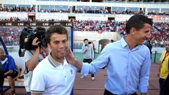 Rubi saluda a Xabi Gracia just abans de començar el partit a Almeria. El tècnic gironí encara no sap quina banqueta ocuparà el curs vinent JOAN CASTRO / ICONNA