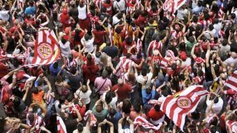 Els jugadors del Girona FC han sortit a la balconada de l'ajuntament LLUÍS SERRAT
