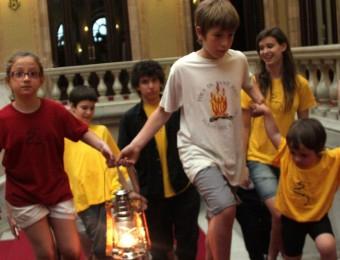 Nens de Corbera de Llobregat han portat al Parlament la flama del Canigó ACN