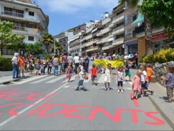 La CUP i alguns ciutadans van tallar dissabte l'avinguda Maresme de Sant Cebrià. CUP