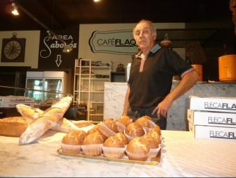 Pere Flaqué a l'establiment de venda de pa i restauració del polígon Francolí, on també fabrica els productes.  E.P