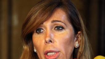Alícia Sánchez-Camacho, parlant del seu acord amb Método 3, als passadissos del Parlament ACN